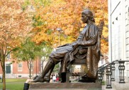 Die John Harvard-Statue in Boston