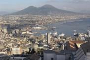 Blick über Neapel zum Vesuv