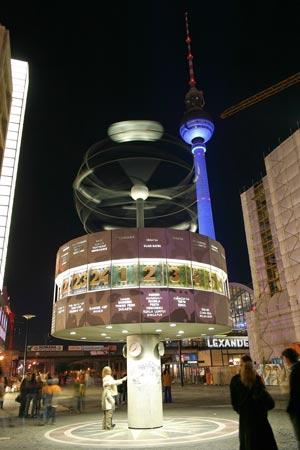 Die Weltzeituhr auf dem Alexanderplatz in Berlin